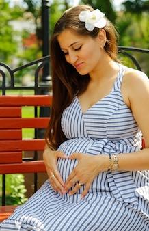 Junge attraktive schwangere frau. stadt lifestyle-konzept.