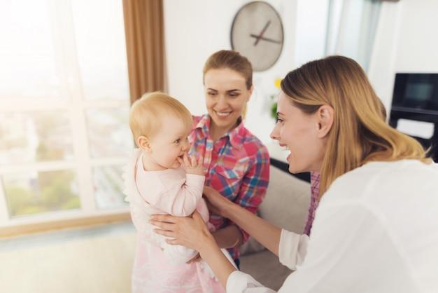 Junge babysitterin trifft die mutter der kinder