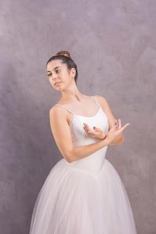 Junge ballerina des mittleren schusses, die weg schaut