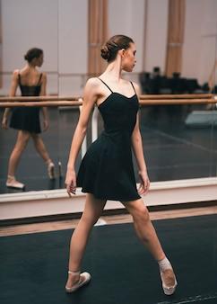 Junge ballerina, die im tanzstudio übt