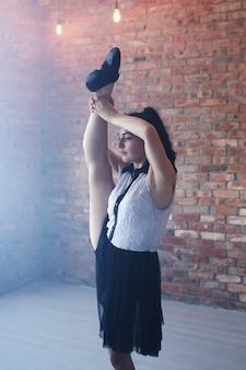 Junge ballerina, die sich streckt