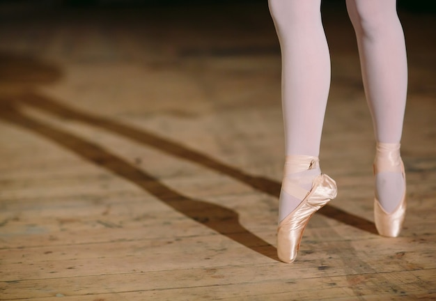 Junge ballerina im schwarzen kleid zieht hinter die kulissen.