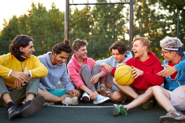 Junge basketballspieler machen nach dem spiel eine pause