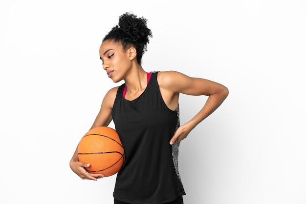 Junge basketballspielerin lateinische frau isoliert auf weißem hintergrund, die an rückenschmerzen leidet, weil sie sich angestrengt hat