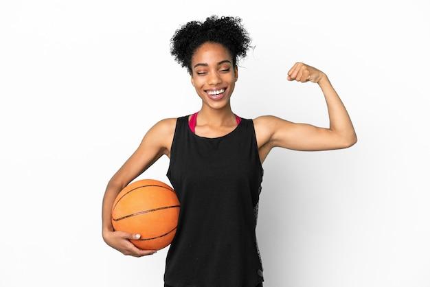 Junge basketballspielerin lateinische frau isoliert auf weißem hintergrund macht starke geste