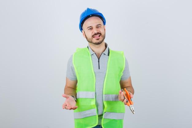 Junge bauarbeiter mit schutzhelm