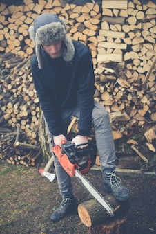Junge bereitet brennholz vor