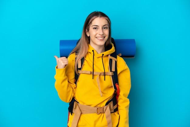 Junge bergsteigerfrau mit einem großen rucksack isoliert