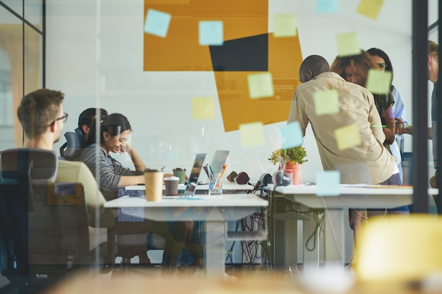 Junge berufstätige arbeiten gemeinsam an der aufgabenlösung