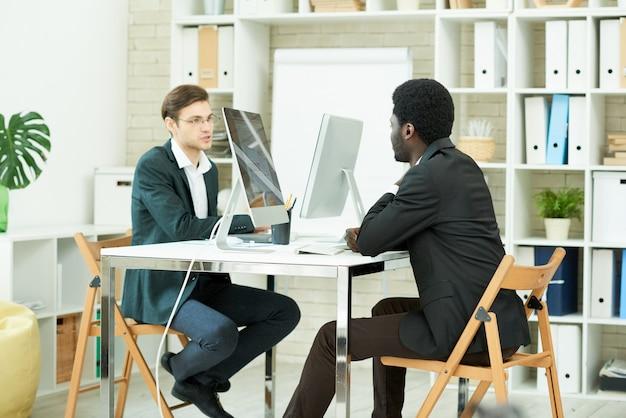Junge berufstätige, die im büro arbeiten