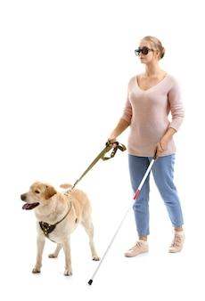 Junge blinde frau mit blindenhund auf weißem raum