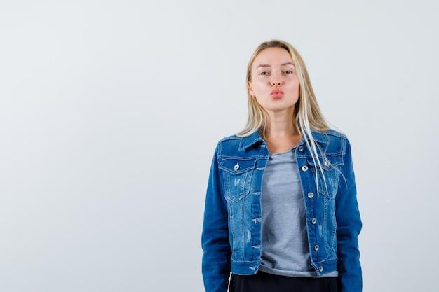 Junge blonde charmante frau isoliert