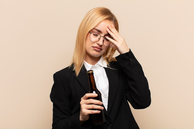 Junge blonde frau, die augen mit händen mit einem traurigen, frustrierten blick der verzweiflung, des weinens, der seitenansicht bedeckt