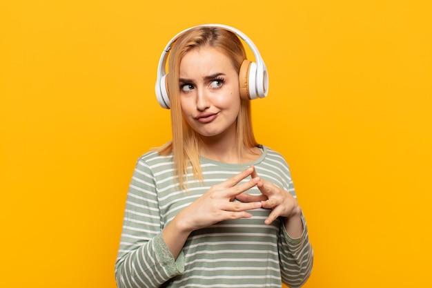 Junge blonde frau, die entwirft und verschwört, verschlagene tricks und betrüger denkt, gerissen und verrät