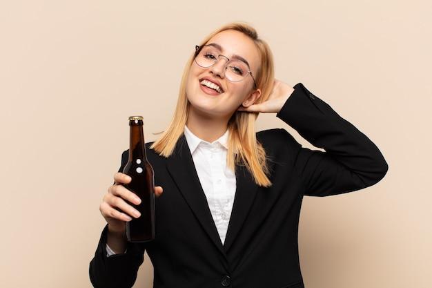 Junge blonde frau, die glücklich, sorglos, freundlich und entspannt aussieht und das leben und den erfolg mit einer positiven einstellung genießt