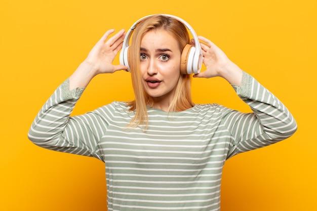 Junge blonde frau, die sich frustriert und genervt fühlt, krank und müde vom versagen, satt von langweiligen, langweiligen aufgaben