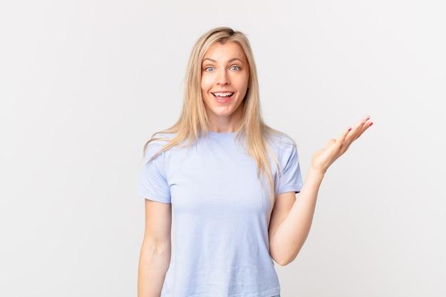 Junge blonde frau, die sich glücklich fühlt, überrascht, eine lösung oder idee zu realisieren