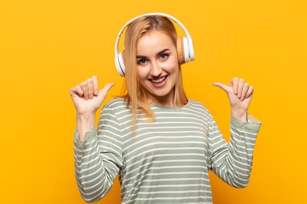 Junge blonde frau, die stolz, arrogant und selbstbewusst ist, zufrieden und erfolgreich aussieht und auf sich selbst zeigt
