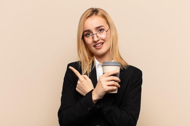 Junge blonde frau, die verwirrt und verwirrt, unsicher aussieht und mit zweifeln in entgegengesetzte richtungen zeigt
