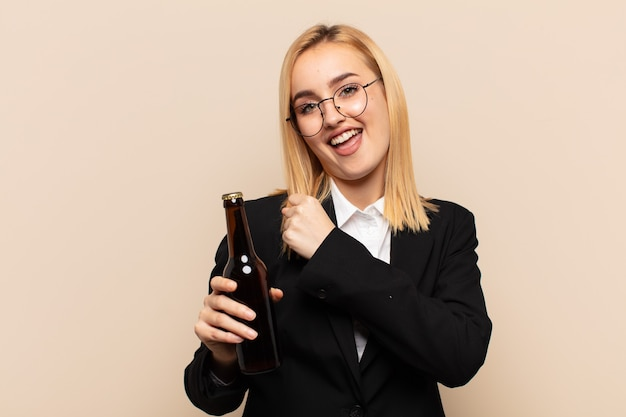 Junge blonde frau fühlt sich glücklich, positiv und erfolgreich, motiviert, wenn sie sich einer herausforderung stellt oder gute ergebnisse feiert