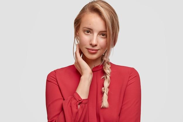 Junge blonde frau im roten hemd
