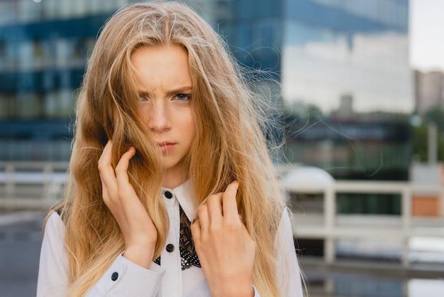 Junge blonde frau in der innenstadt