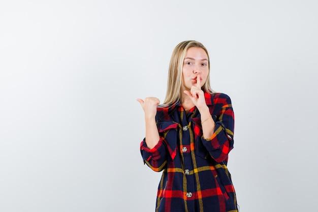 Junge blonde frau in einem karierten hemd
