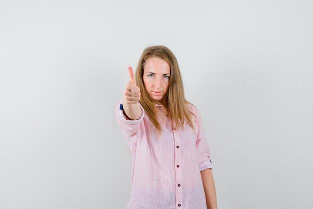 Junge blonde frau in einem lässigen rosa hemd Kostenlose Fotos