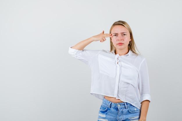 Junge blonde frau in einem weißen hemd