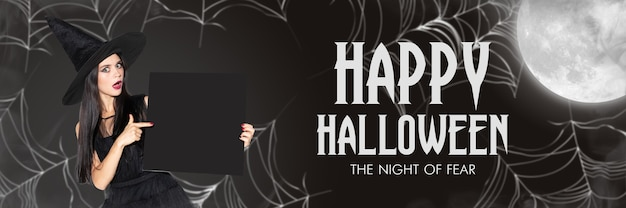 Junge blonde frau in schwarzem hut und kostüm auf schwarzem hintergrund. attraktives weibliches modell mit schwarzem exemplar. halloween, schwarzer freitag, cyber-montag, verkauf, herbstkonzept. flyer für ihre anzeige.