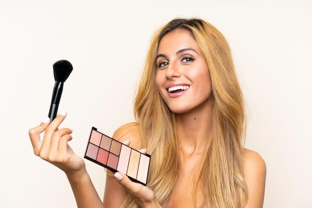 Junge blonde frau mit make-up