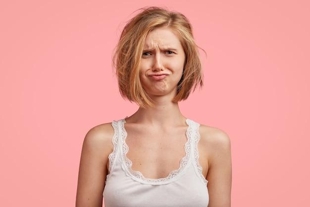 Junge blonde frau mit unordentlichem haar