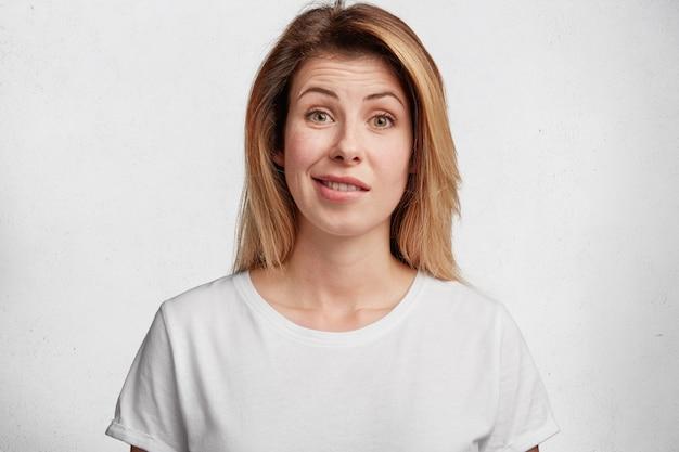 Junge blonde frau mit weißem t-shirt