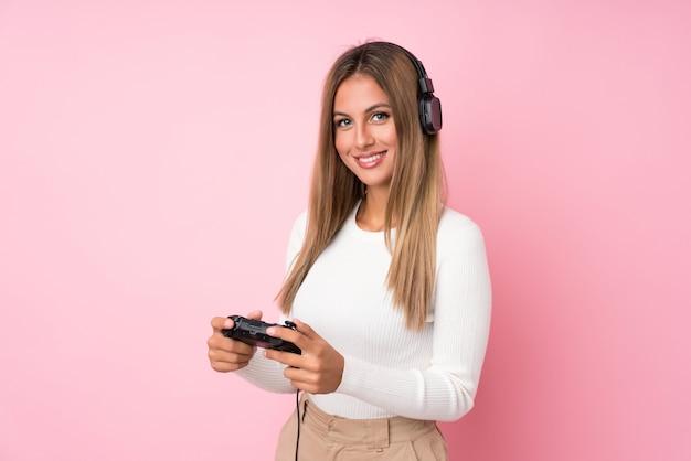Junge blonde frau über dem getrennten spielen an den videospielen