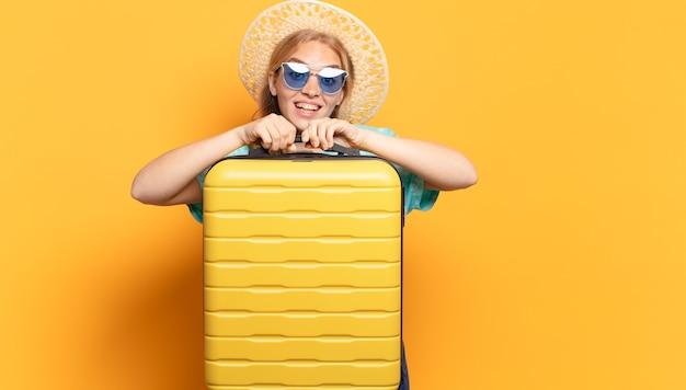 Junge blonde frau. urlaub oder reisekonzept