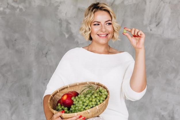 Junge blonde frau wählt gesundes essen