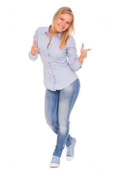 Junge blonde frau zeigt mit dem finger