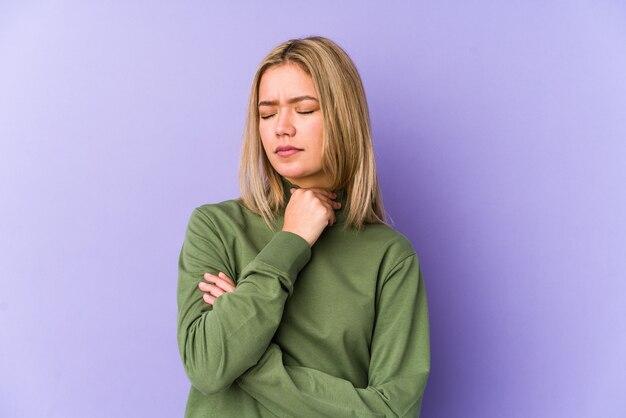 Junge blonde kaukasische frau isoliert leidet schmerzen im hals aufgrund eines virus oder einer infektion.