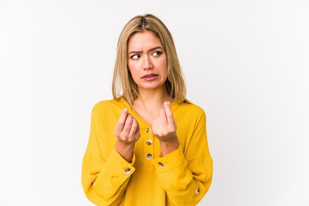 Junge blonde kaukasische frau isoliert zeigt, dass sie kein geld hat.