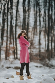Junge bosnische frau posiert im winter im wald
