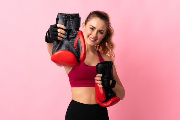 Junge brasilianische frau lokalisiert auf rosa mit boxhandschuhen