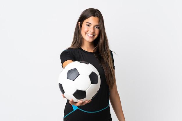 Junge brasilianische frau lokalisiert auf weißem hintergrund mit fußball