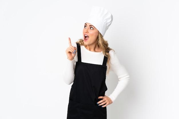 Junge brasilianische kochfrau isoliert auf weiß, das eine idee denkt, die den finger nach oben zeigt