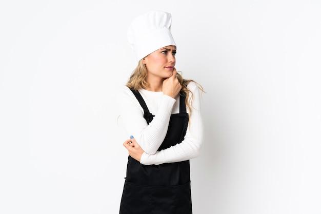 Junge brasilianische kochfrau lokalisiert auf weiß, das zweifel hat