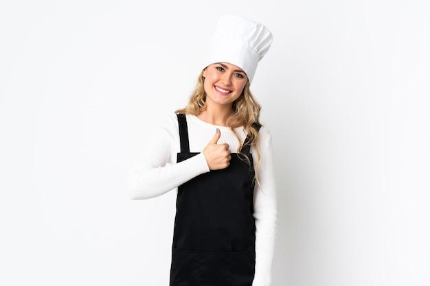 Junge brasilianische kochfrau lokalisiert auf weiß, die eine daumen hoch geste gibt