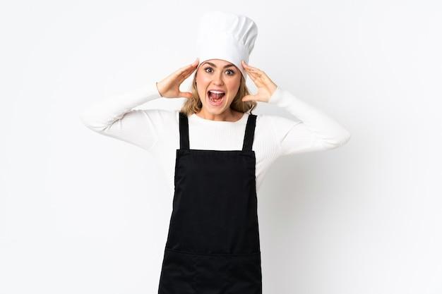 Junge brasilianische kochfrau lokalisiert auf weiß mit überraschungsausdruck