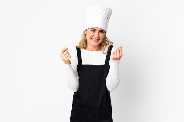 Junge brasilianische kochfrau lokalisiert auf weißem geldverdienen