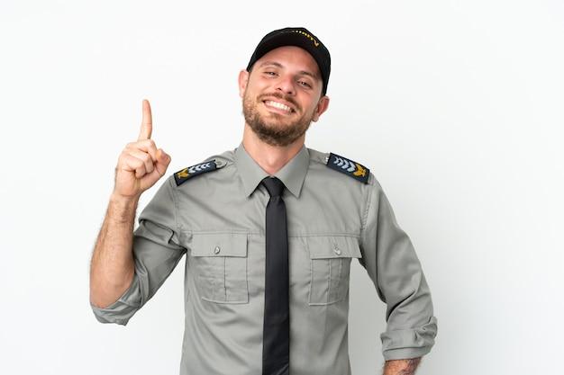 Junge brasilianische sicherheit isoliert auf weißem hintergrund zeigt und hebt einen finger im zeichen des besten