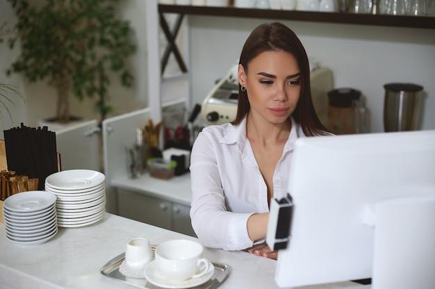 Junge brünette frau arbeitet am computer