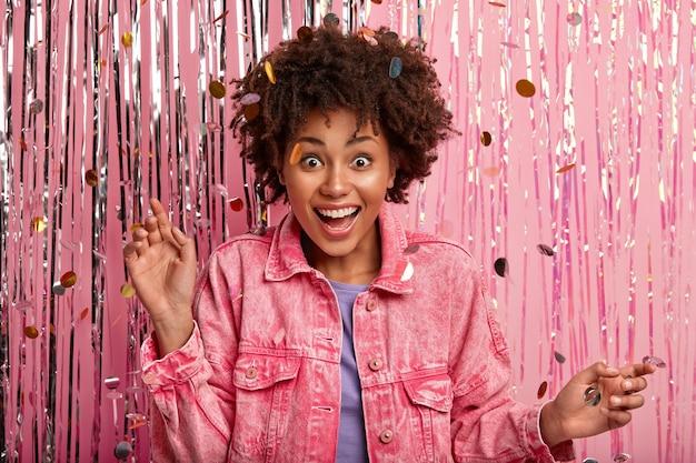 Junge brünette frau auf der party mit konfetti